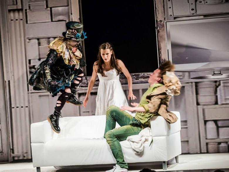 """Premiera spektaklu """"Piotruś Pan"""" w Teatrze Maska otworzyła w sobotę Maskaradę - VI Międzynarodowy Festiwal Teatrów Ożywionej Formy."""