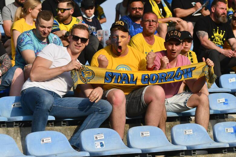 Wciąż nie przy pełnych trybunach, ale z oddaniem i pełnym zaangażowaniem kibice wspierali Stal Gorzów w pojedynku z Unią Leszno. Jak zawsze na stadionie