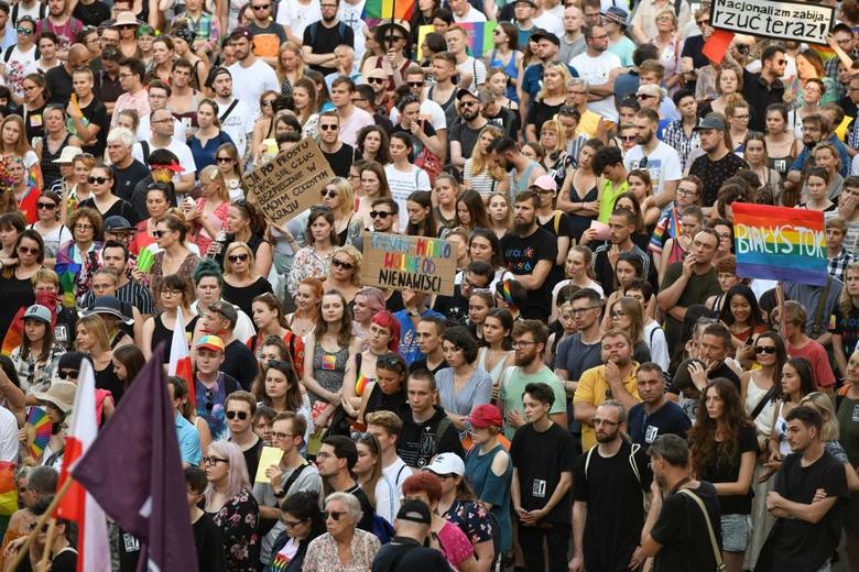 W czwartek, 25 lipca, na placu Wolności w Poznaniu zebrały się tłumy mieszkańców, protestujących przeciwko wydarzeniom na Marszu Równości w Białymstoku.