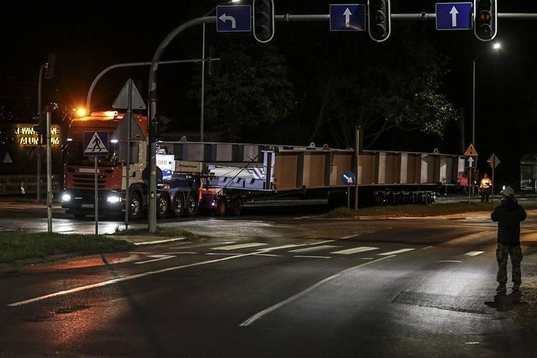 Niecodzienny transport ruszył w piątek, 13 kwietnia, z ul. Osadniczej. Przejechał przez miast i pojechał pod prąd drogą S3 w stronę Sulechowa. W porcie