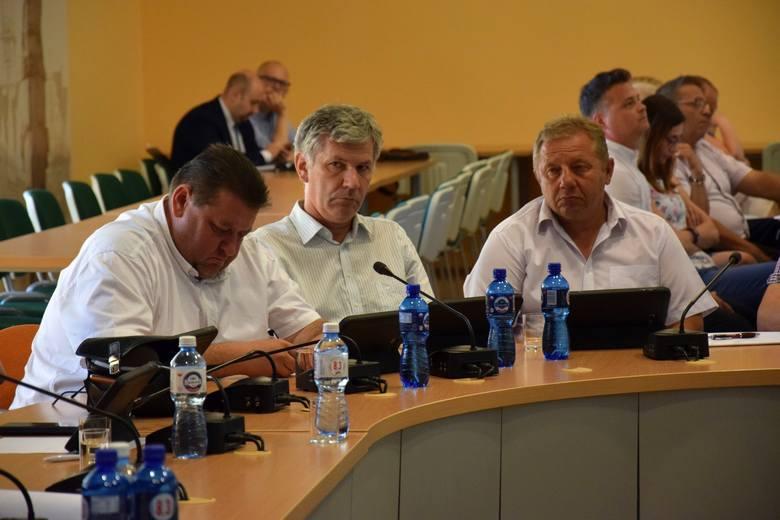Pierwszy z lewej radny Wojciech Smolnik (Ziemia Kluczborska) - wiceprezes MKS-u Kluczbork, pierwszy z prawej radny Ryszard Okaj (Ziemia Kluczborska)