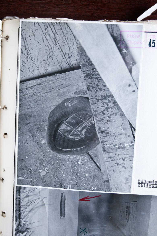 Milicyjna czapka uszanka zabitego. Spadła mu w czasie szamotaniny z zabójcą.