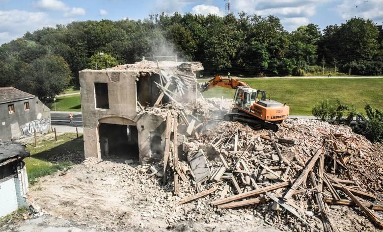 Wczoraj rozebrano  jeden z większych budynków przeznaczonych do rozbiórki na ulicy Kujawskiej. Ze względu na wysokość, potrzebne było chwilowe  zajęcie