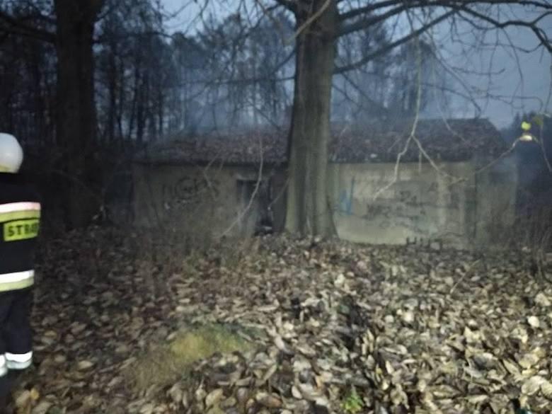 Policjanci uratowali bezdomnego w Libiążu. Wyprowadzili go z płonącego pustostanu