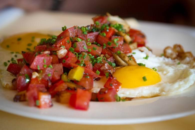 Śniadanie z jajkiem to opcja, która w licznych badaniach okazała się zapewniać długo trwającą sytość i zjedzenie co najmniej 100 kcal mniej w późniejszych