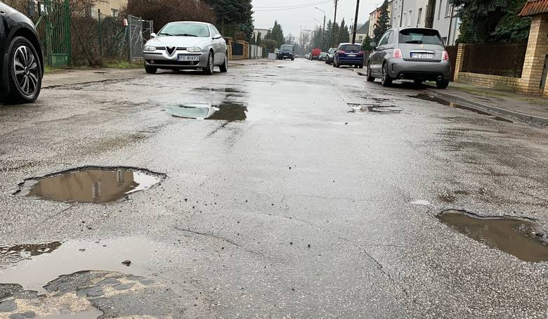 Dziura na dziurze, piach i kurz, a po deszczu błoto i kałuże. Brzmi znajomo? W Poznaniu istnieją ulice, które wciąż czekają na nawierzchnię. Często są