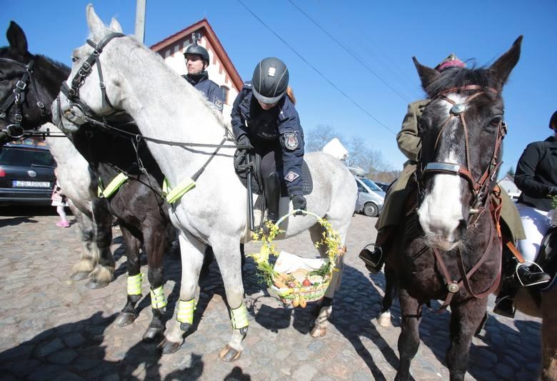 Policjanci na koniach poświęcili pokarmy [zdjęcia]