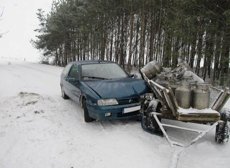 Wyszonki Błonie: Traktorzysta rozbił citroena i uciekł (zdjęcia)
