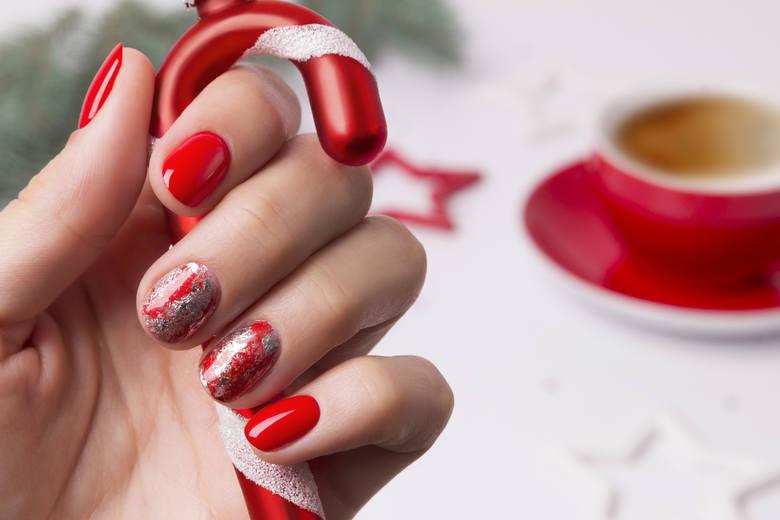 Świąteczny manicure możesz zrobić samodzielnie lub zainspirować kosmetyczkę do wykonania konkretnego wzoru. Zobacz zdjęcia i zainspiruj się. Paznokcie