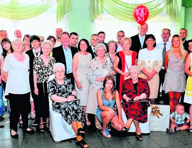 Rodzinna fotografia z  okazji setnych urodzin Rozalii Buczkowskiej w 2015 roku. Jej starsza siostra  siedzi pierwsza z lewej