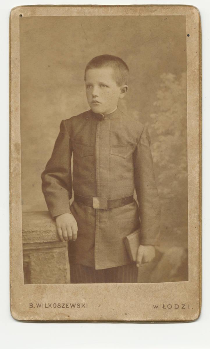 1900Na początku XX w. stroje chłopięce przypominały krojem wojskowe mundury z krochmalonym kołnierzykiem.