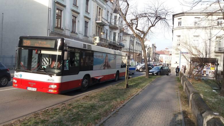 Nowy Sącz. Zderzenie skody z autobusem miejskim [Zdjęcia]
