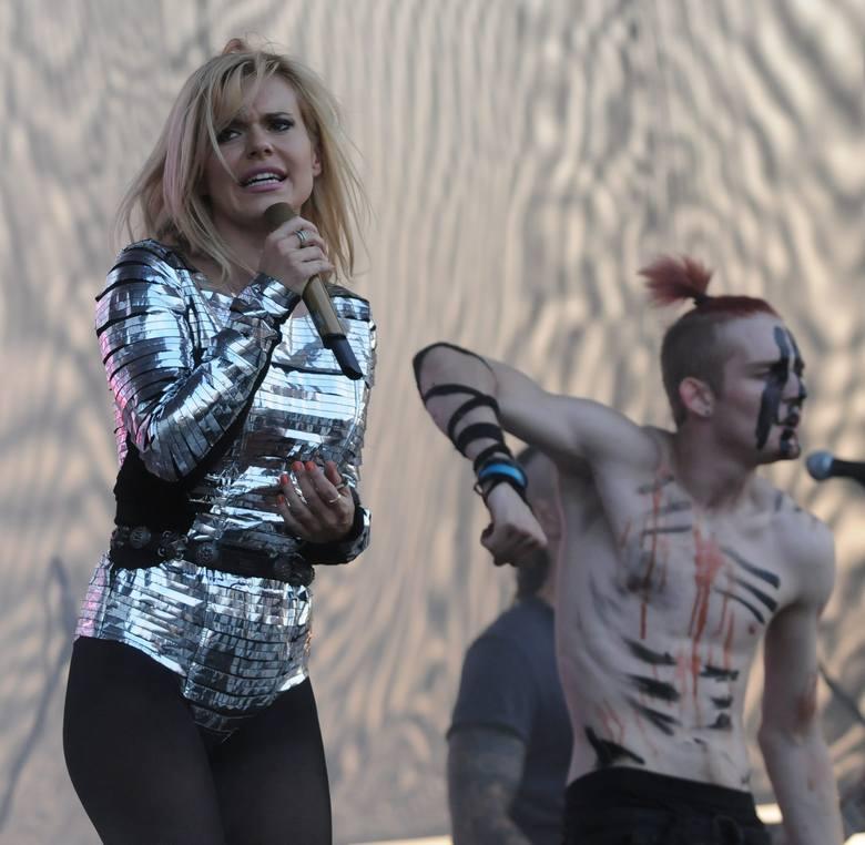 Kilka tysięcy osób przyszło wczoraj na występ Dody. Popularna piosenkarka zaśpiewała na zaproszenie Portu Łódź.