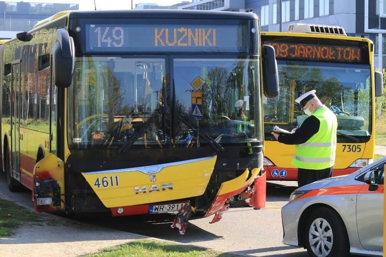 Pierwszy dzień nowej organizacji ruchu na Strzegomskiej i już wypadek. Autobus MPK i dwa inne auta (ZDJĘCIA)