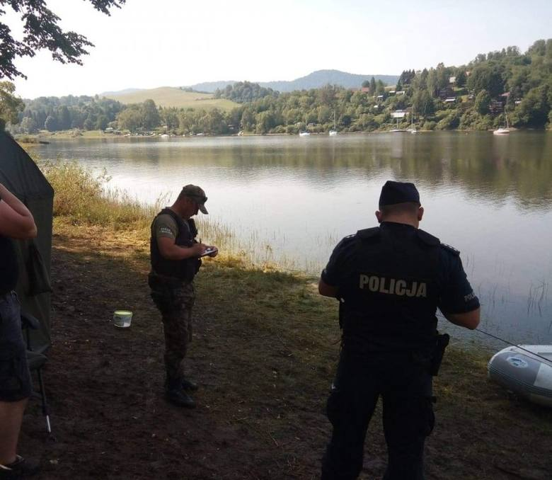 31-latek kłusował na jeziorze. Był poszukiwany przez sąd [ZDJĘCIA]