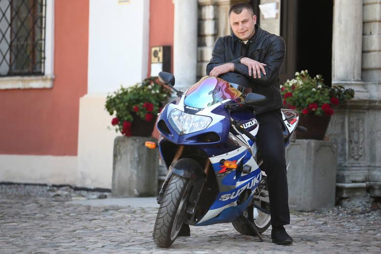 Wyjątkowy ksiądz z Wrocławia jeździ konno, autobusem i motocyklem, uprawia ju jitsu i gra na gitarze