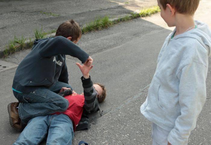 Rodzice drugoklasistów proszą o pomoc w sprawie chłopca, który dręczy inne dzieci: bije, straszy, wyzywa i zabiera im różne rzeczy. Dyrekcja szkoły zapewnia,