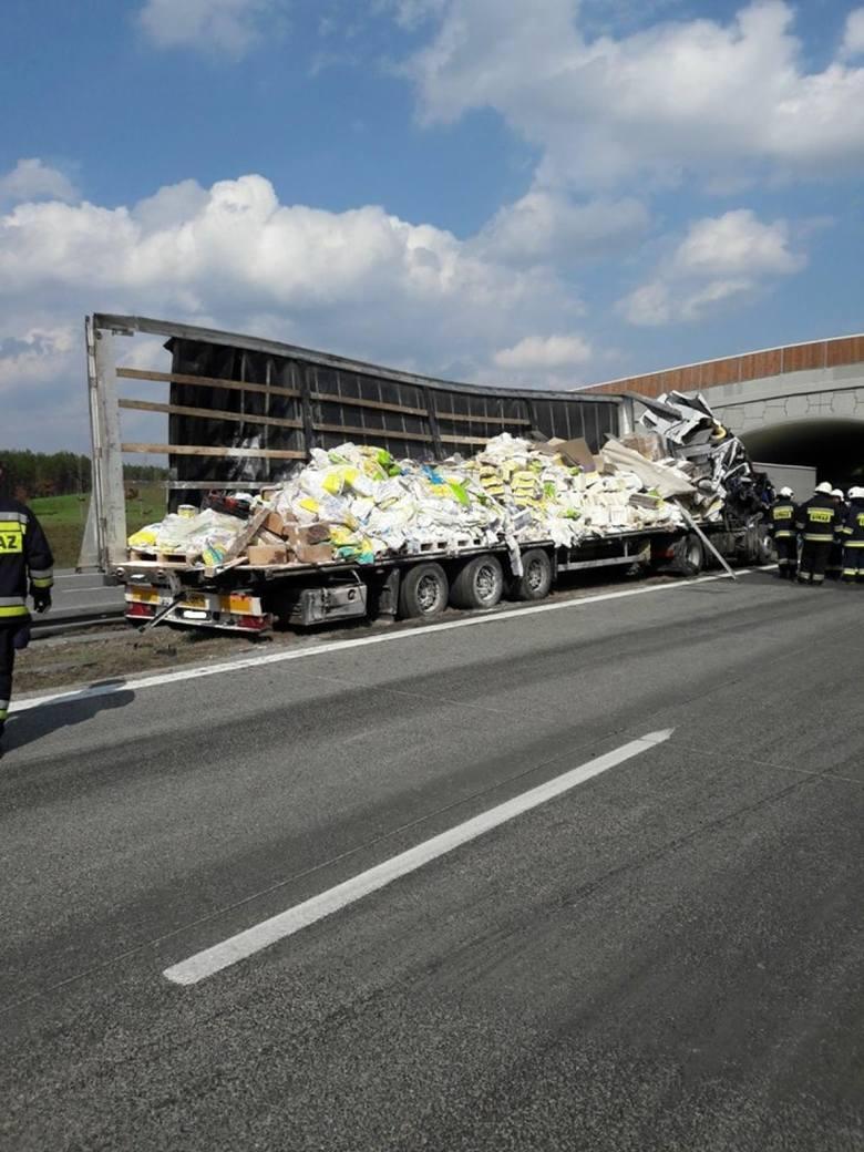 Wypadek na A2: Zderzyły się dwa TIR-y. Jeden z nich przewoził materiały budowlane. Droga zablokowana