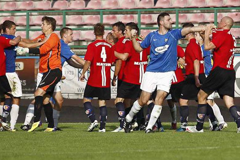 Bijatyka piłkarzy na meczu Karpaty - Stal Sanok [ZDJĘCIA]
