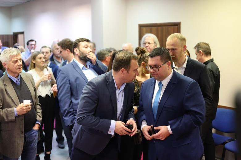 Sejmowy okręg nr 11 - sieradzki (Dane ze 100 procent obwodowych komisji wyborczych)PiS - 49,81%KO - 20,48%PSL - 11,98%Lewica - 10.29%Konfederacja - 5,88%W