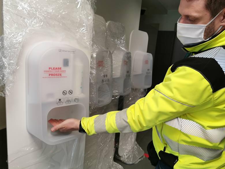 na lotnisku w Pyrzowicach w terminalach są już automaty do dezynfekcji rąk