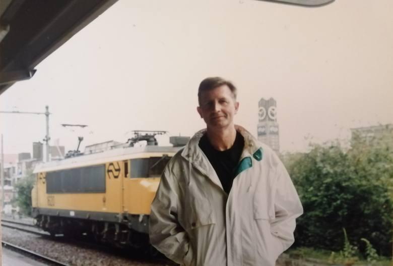 26 czerwca 1997 roku. Józef Kaźmierczak na dworcu w Arnhem (Holandia). Jedną z pasji skierniewickiego kolejarza jest podróżowanie<br />