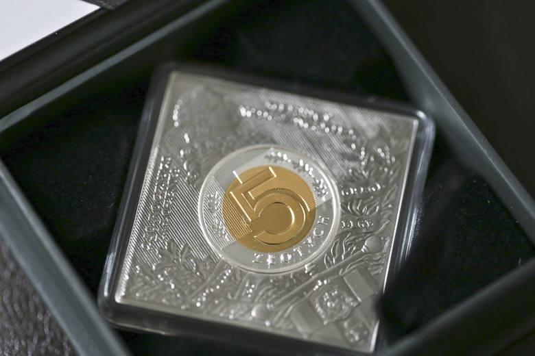 Kwadratowa pięciozłotówka numizmatyczną perełką [ZDJĘCIA]