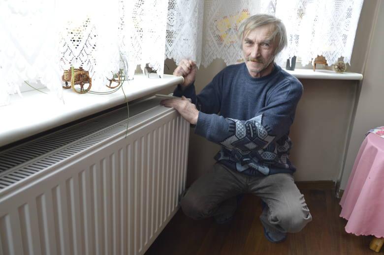 Jeszcze niedawno pan Henryk ogrzewał mieszkanie węglem. Dziś odkręca kaloryfer i już jest ciepło!