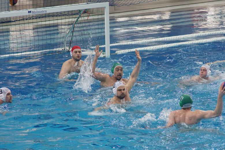 Tomasz Różycki (na zdjęciu z piłką) jest przekonany, że dla waterpolistów w Poznaniu nadchodzą lepsze dni