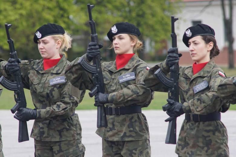Na terenie poznańskich koszar uczniowie klas mundurowych wielkopolskich szkół ponadgimnazjalnych walczyli w środę w zawodach z musztry.ZOBACZ FILM: