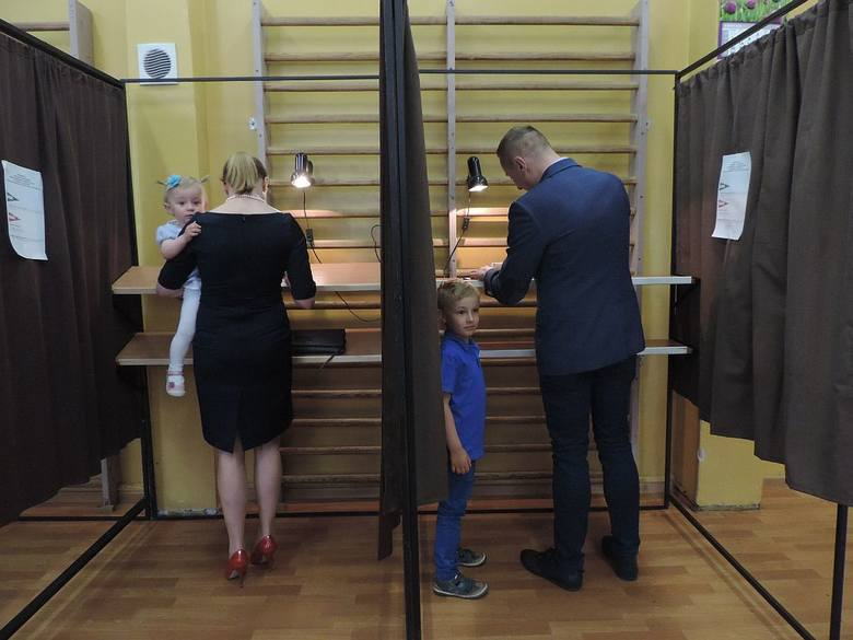 Wybory prezydenckie - Inowrocław. Poseł Krzysztof Brejza głosował razem ze swoją rodziną [zdjęcia]