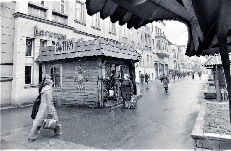 """Chatka """"Karczmy Słupskiej"""" na deptaku al. Wojska Polskiego - kwiecień 1980 r."""