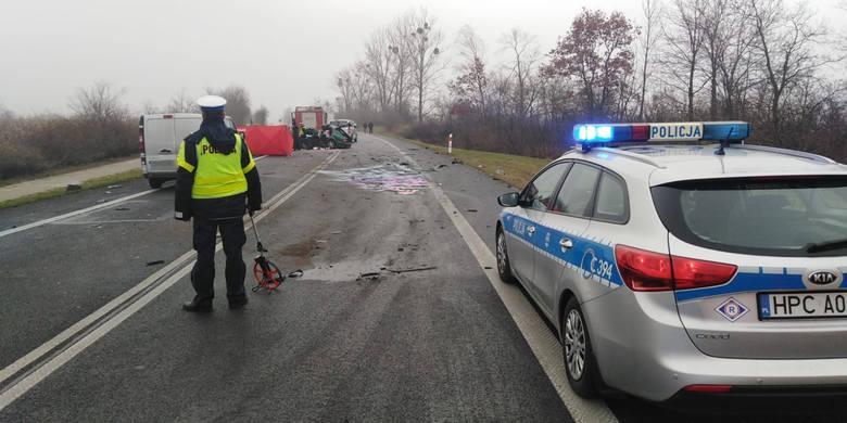 Tragiczny wypadek w na krajowej 10 w miejscowości Steklin. Dwie osoby nie żyją.