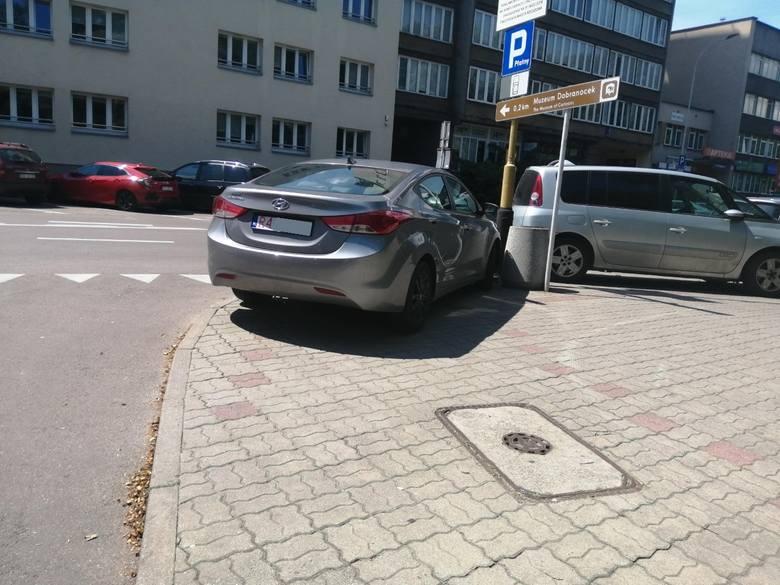 Kierowcy unikając opłat postojowych parkują auta w niedozwolonych miejscach, utrudniając ruch i stwarzając zagrożenie.