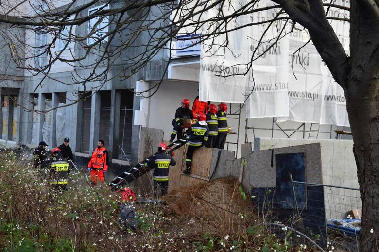 Do zdarzenia doszło po godzinie 15. Z rusztowania budynku przy skrzyżowaniu ulicy Zwycięstwa i 4 Marca spadł mężczyzna. Nie wiadomo dlaczego poszkodowany