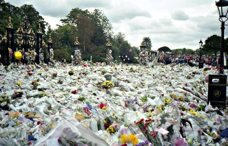 POGRZEB KSIĘŻNEJ DIANYdata: 6 września 1997koszt: 11,8 mln dolarówKsiężna Diana nazywana była królową ludzkich serc, co tylko potwierdza skala żałoby,