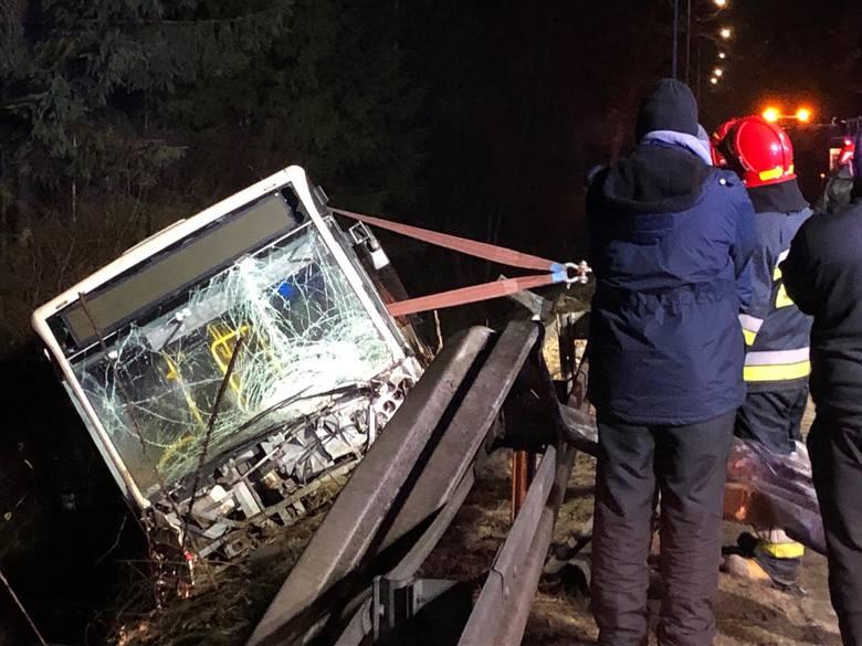Śmiertelny wypadek na Spacerowej w Gdańsku 12.03.2021. Doszło do czołowego zderzenia autobusu z samochodem osobowym
