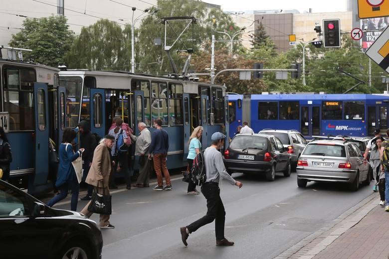 Linie specjalne, objazdy i tymczasowe przystanki, skrócone trasy w praktycznie całym Wrocławiu. Zmienią się też nazwy niektórych przystanków. Od tego