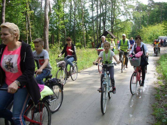 Ponad 50-osobowa grupa cyklistów ruszyła w trasę po gminie Topólka w poszukiwaniu kwiatu konwalii