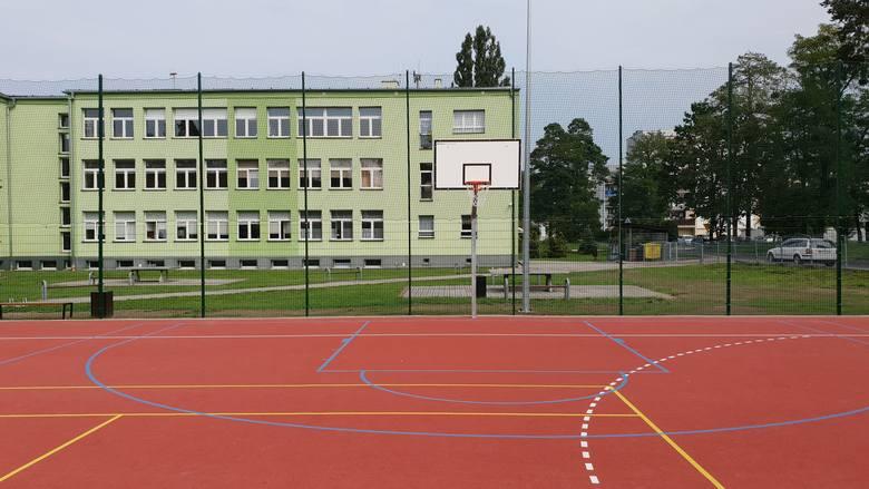 Przy Szkole Podstawowej nr 4 w Strzelcach Opolskich powstało nowe boisko sportowe