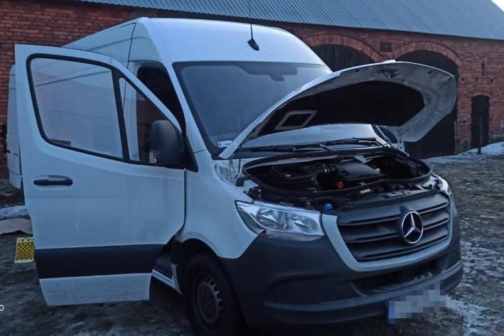 Dalsze ustalenia policjantów dowiodły, że właściciel mercedesa wcześniej na terenie Niemiec kupił podobnego mercedesa, ale rozbitego. - Chcąc zalegalizować