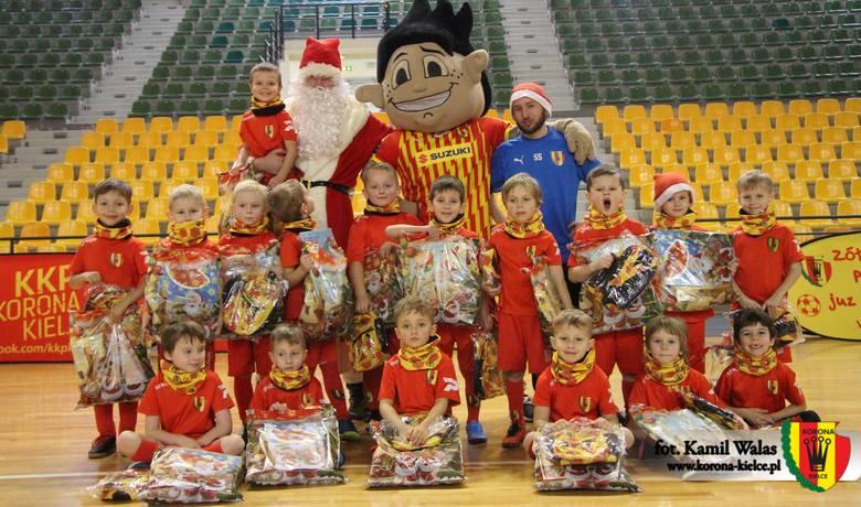 Kielecki Klub Piłkarki Korona, podobnie jak w ubiegłych latach, zorganizował Mikołajki dla dzieci uczęszczających do Żółto-Czerwonego Przedszkola. Projekt