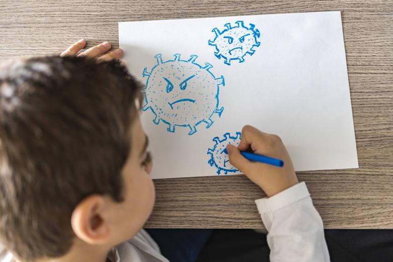Zespół pocovidowy u dzieci (PIMS) występuje u dzieci w każdym wieku, ale najczęściej dotyka dzieci w wieku szkolnym.Pojawia się około 2-4 tygodnie po