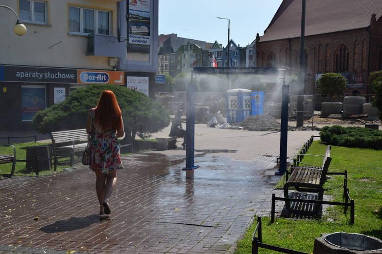 Na terenie miasta pojawiło się sześć kurtyn wodnych i zraszaczy. To idealne rozwiązanie na upalne, letnie dni.Kurtyny uruchamiane będą w południe, a