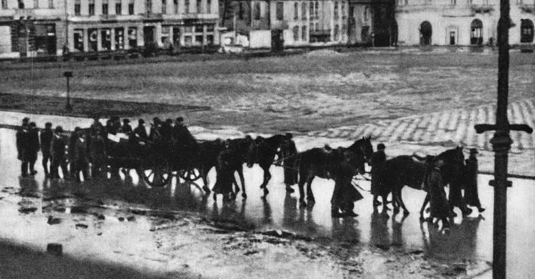 Kadry z rekonstrukcji zamachu na Franza Kutscherę. Podziemie przeprowadziło tę akcję 1 lutego 1944 r. w Warszawie