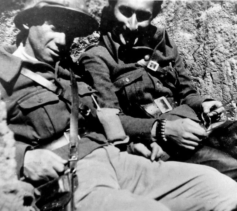 Jan Rutkowski ps. Szymon (drugi z prawej, w ciemnym berecie) z kolegami ze sztabu Brygady im. Jarosława Dąbrowskiego