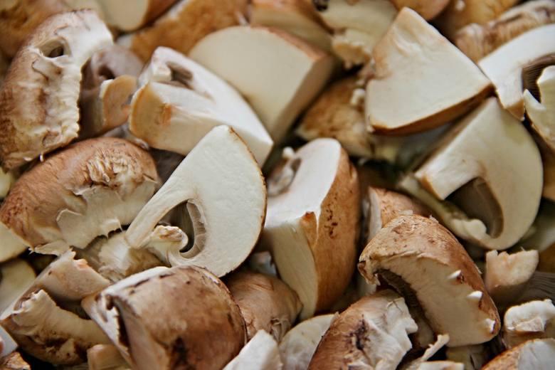 Przede wszystkim musimy pamiętać, że nie należy mrozić surowych grzybów. Aby przygotować grzyby do zamrożenia, należy je uprzednio poddusić. W tym celu