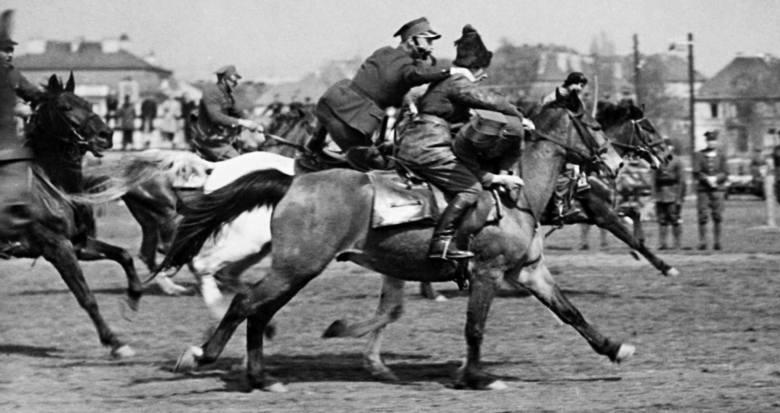 Uroczystości święta 3 Maja w Warszawie.  Pokazy sprawnościowe kawalerii na Polu Mokotowskim. Pokaz walki ułanów z bolszewikami. Rok 1938