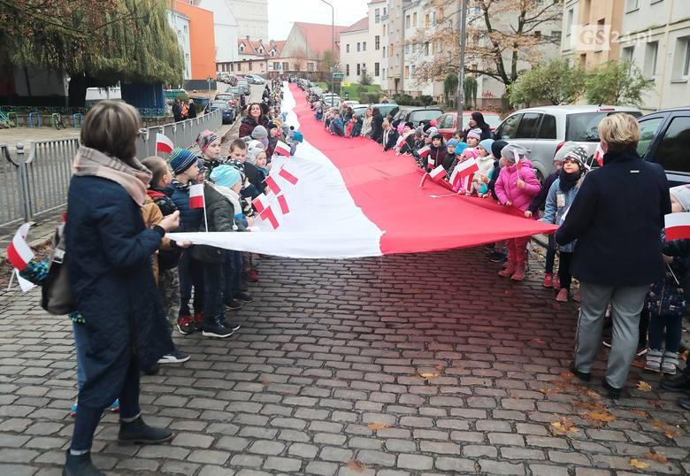 Uczniowie z 220-metrową flagą przeszli ulicami Szczecina [ZDJĘCIA, WIDEO]