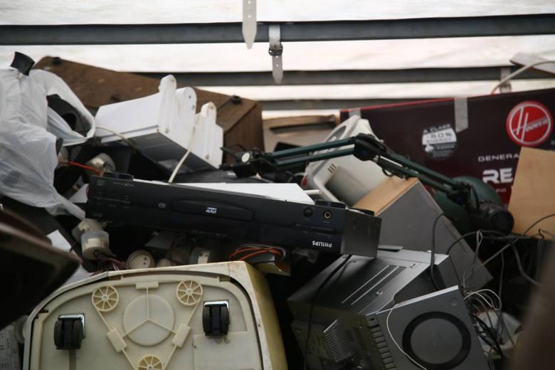 Elektrośmieci lądują w śmietnikach albo w garażach i piwnicach